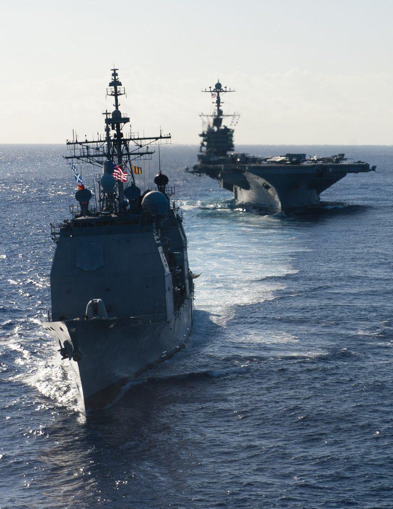 El crucero clase Ticonderoga USS Mobile Bay CG-53 junto al portaaviones USS John C Stennis CVN74 en el océano Pacífico. Foto: US Navy - Mass Communication Specialist 3rd Class Kenneth Abbate