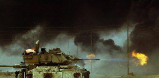 M-2A2 ODS Bradley abre fuego con su cañon de 25mm contra una posición enemiga durante su avance hacia la capital de Iraq. Imagen: Internet