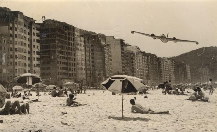Rasante de un MK-6 de la FAE sobre la playa de Copacabana. Foto Internet.