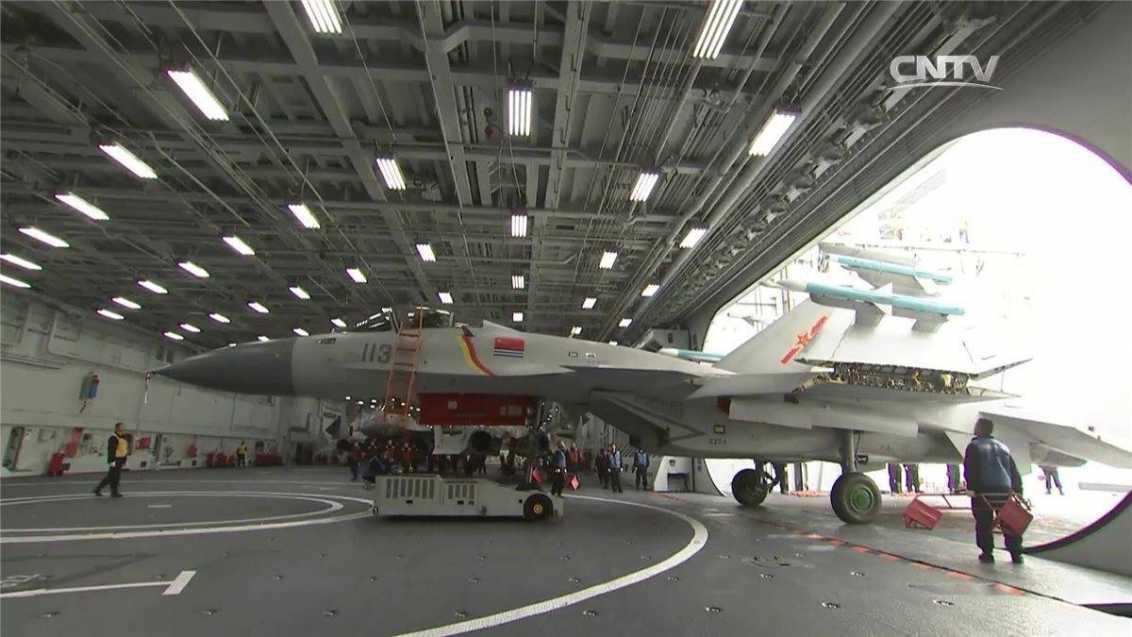 Un caza J-15 en el hangar del Liaoning