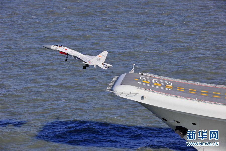 Un caza J-15 despegando desde el skijump del Liaoning