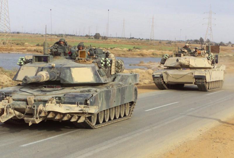 M-1A1 avanzando por una ruta iraquí. El tanque que encabeza la columna está equipado con un mine-plow. Imagen: SGT Paul L Anstine - USMC