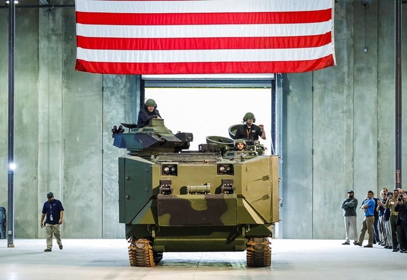 Presentación del primer prototipo AAV SU. Claramente se logra distinguir el nuevo blindaje. Imagen: Brian Fancher - SAIC