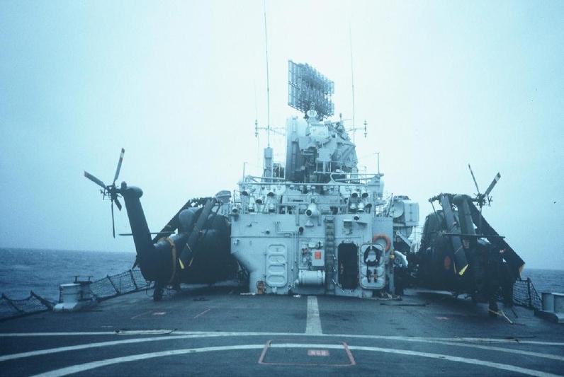 """Aquella jornada, el """"Yankie Charlee"""" y el """"Humphrey"""" en la cubierta de la HMS Antrim horas antes del comienzo de las hostilidades. Foto vía Zona Militar."""