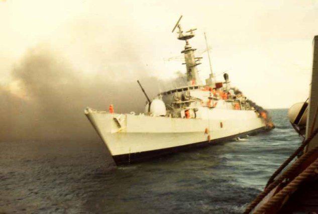 HMS Ardent en el Estrecho de San Carlos el 21 de mayo. Herida de muerte, había realizado su última misión de guerra. Foto vía Zona Militar