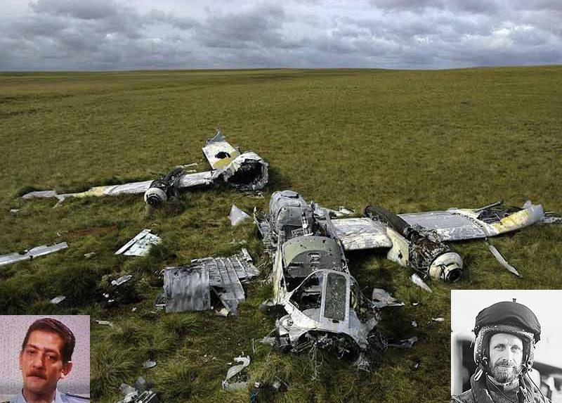 Izquierda Mayor Tomba. Restos del Pucara A-511. Derecha Lt. Cdr. Nigel Ward