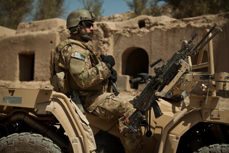 Operador TOE norteamericano montado en su ATV debidamente militarizado. Imagen: USMC.