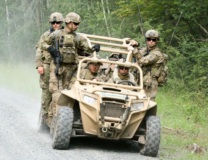Paracaidistas norteamericanos se movilizan en un MRZR-4 durante maniobras en Polonia. Imagen: US Army.