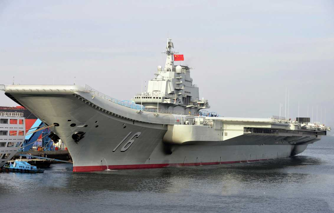 En esta foto publicada por la Agencia de Noticias Xinhua, el portaaviones chino Liaoning atraca en un puerto. China presentó formalmente su primer portaaviones en servicio el martes 25 de septiembre de 2012