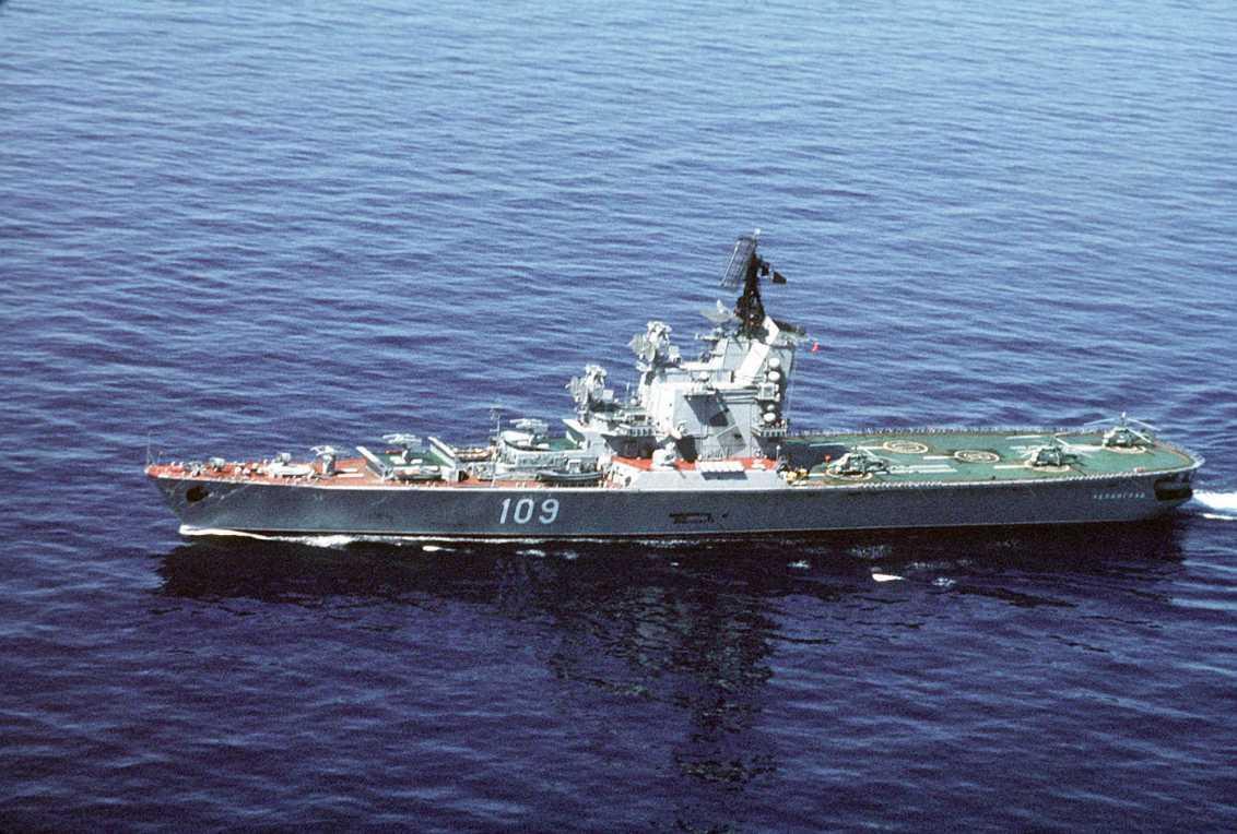 El Leningrado, el primer intento de la Unión Soviética de un verdadero buque de transporte de aviones moderno (por ahora llevaba sólo helicópteros).