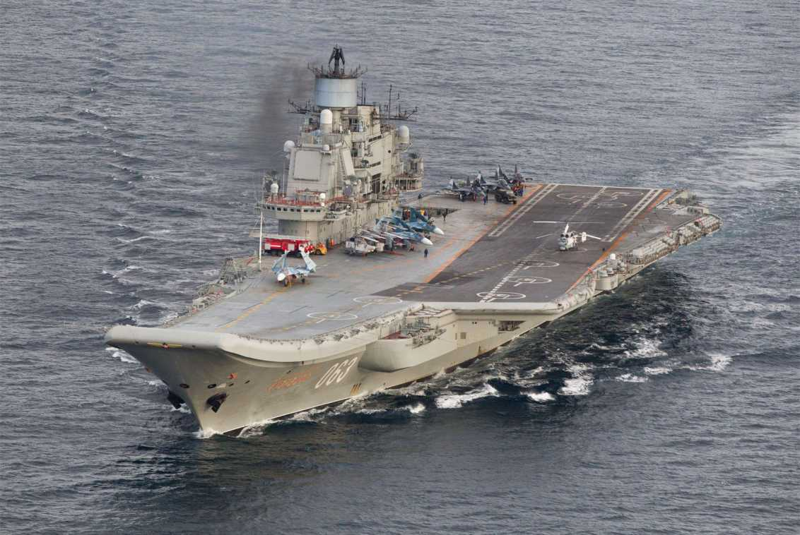 Portaaviones ruso Almirante Kuznetsov en aguas internacionales cerca de la costa del norte de Noruega el 17 de octubre de 2016.