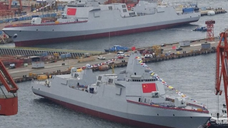 China bota simultáneamente dos destructores Tipo 055 en Dalian