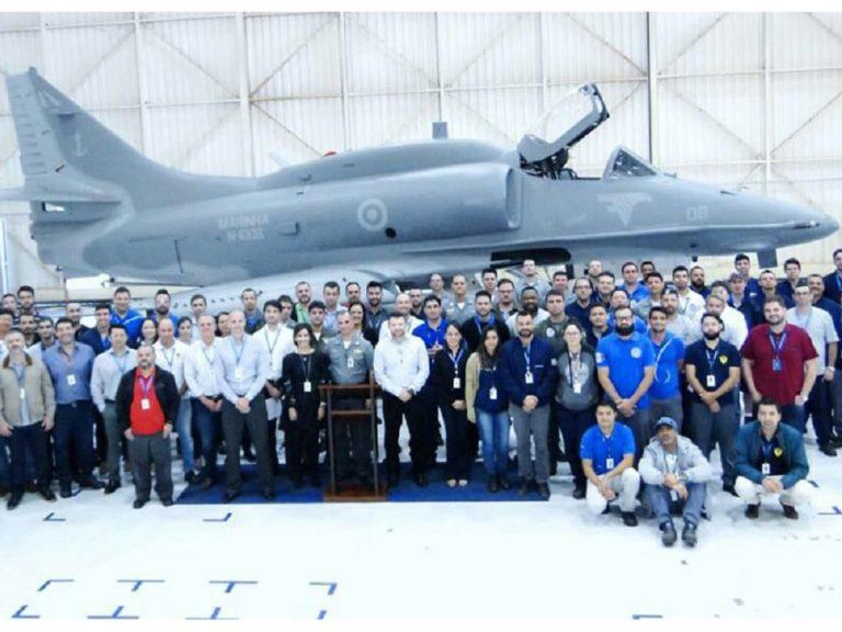 La Marina de Brasil recibe un avión caza AF- 1 modernizado por Embraer