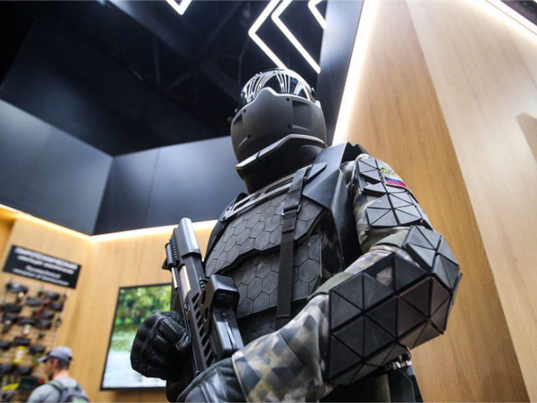 Rusia prueba la armadura robocop que permite a los soldados disparar ametralladoras con una mano