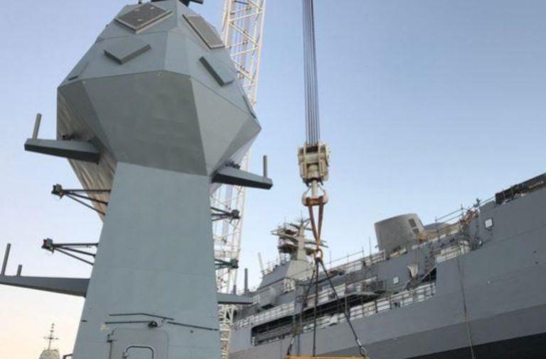 La fragata australiana HMAS Anzac obtiene una actualización de su nuevo mástil
